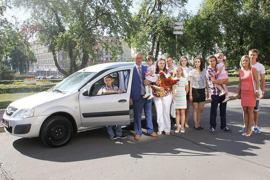 Семья у автомобиля