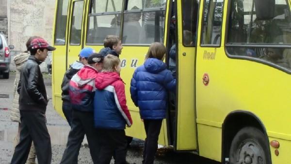 Детки заходят в маршрутку