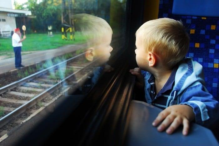 Ребенок поезде