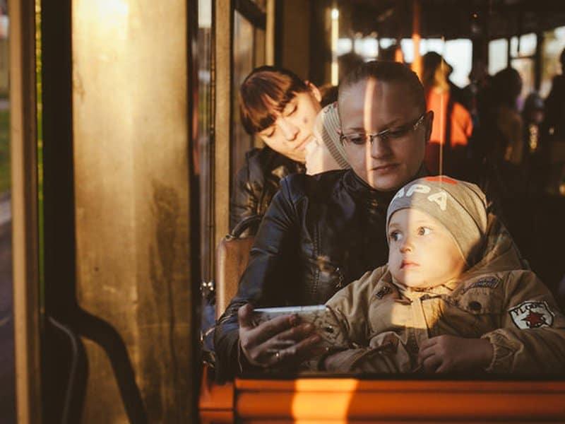 Мать с ребенком в транспорте