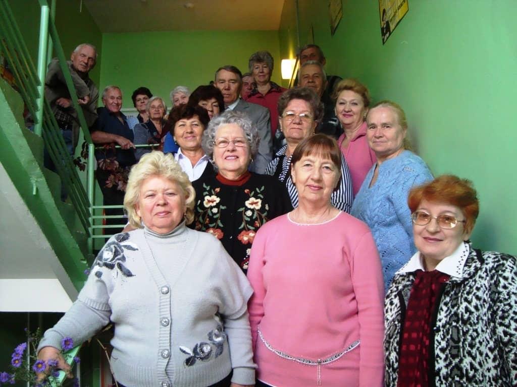 Пенсионеры в подъезде