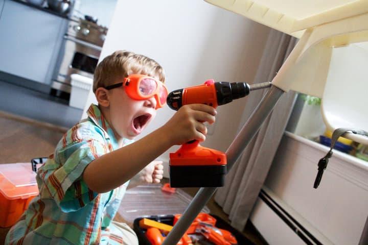 Ребенок с инструментом