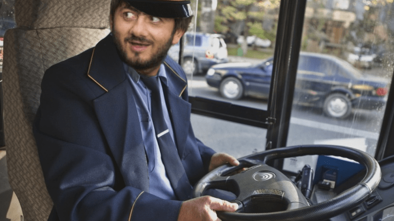 водитель за рулем автобуса
