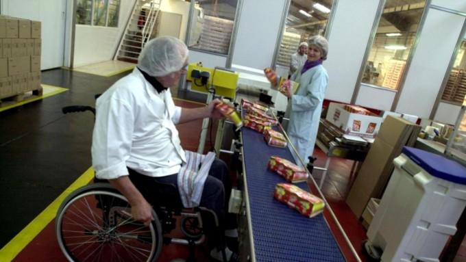 инвалид трудится на производстве