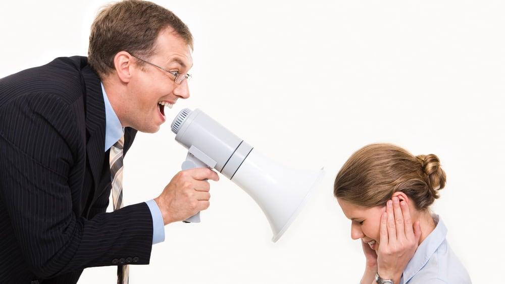 начальник кричит на сотрудницу