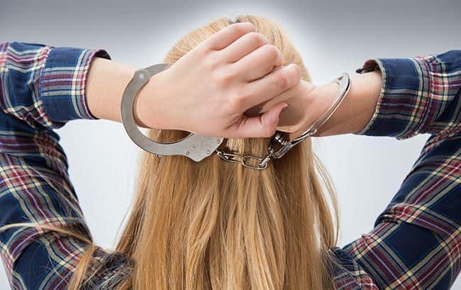 девушка в наручниках