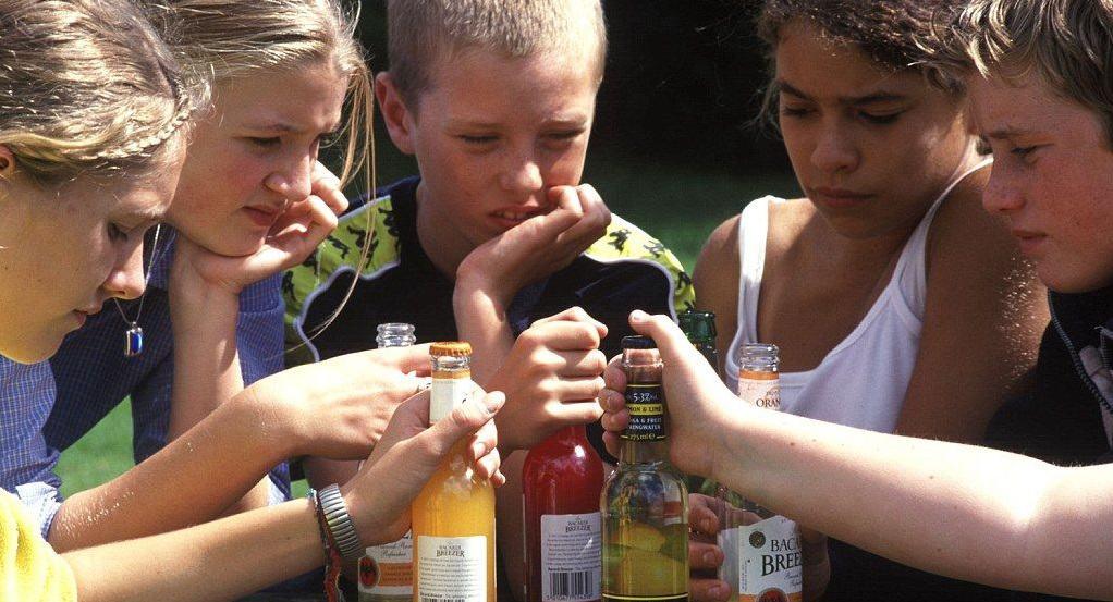 Как отвечают несовершеннолетние за употребление алкоголя дома