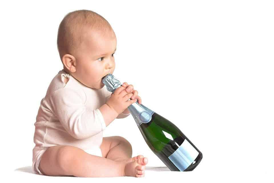 ребенок пьет алкоголь