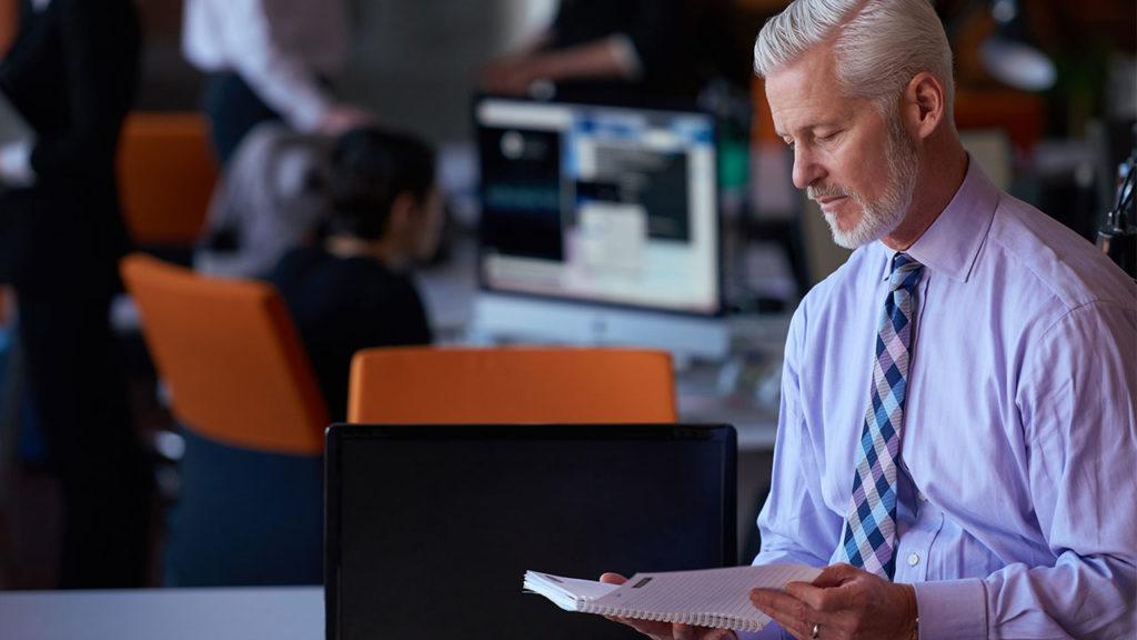 Можно ли пенсионеру встать на биржу труда после сокращения?