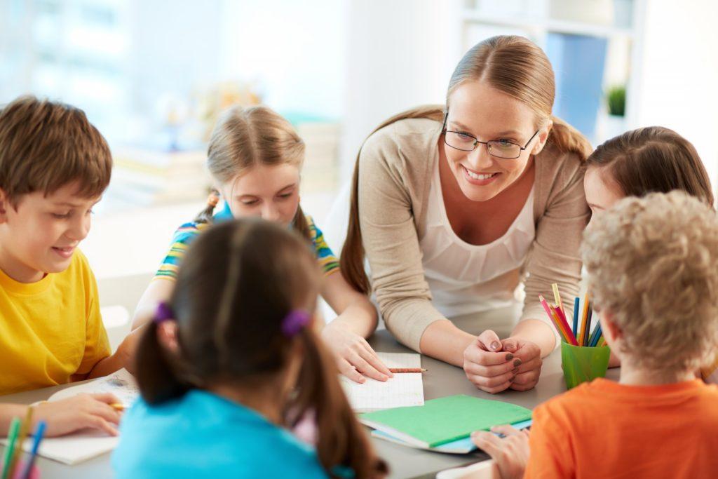 Где получает образование учитель начальных классов?
